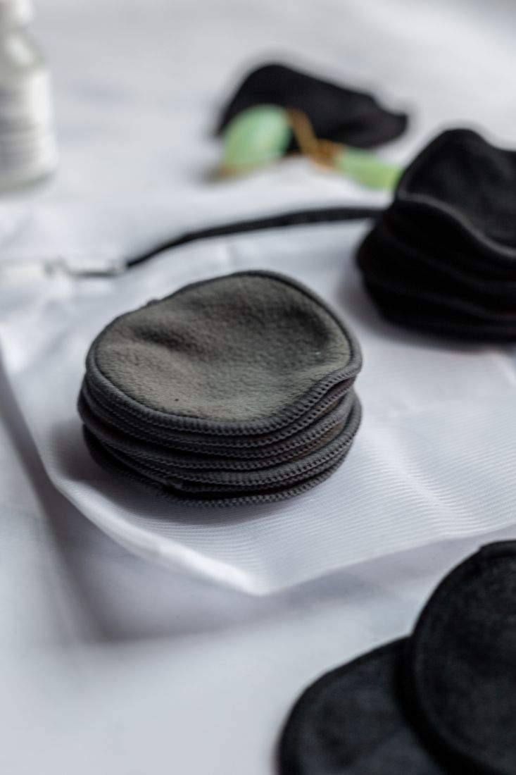 Reusable and washable makeup-remover pads, dark grey with a laundry bag