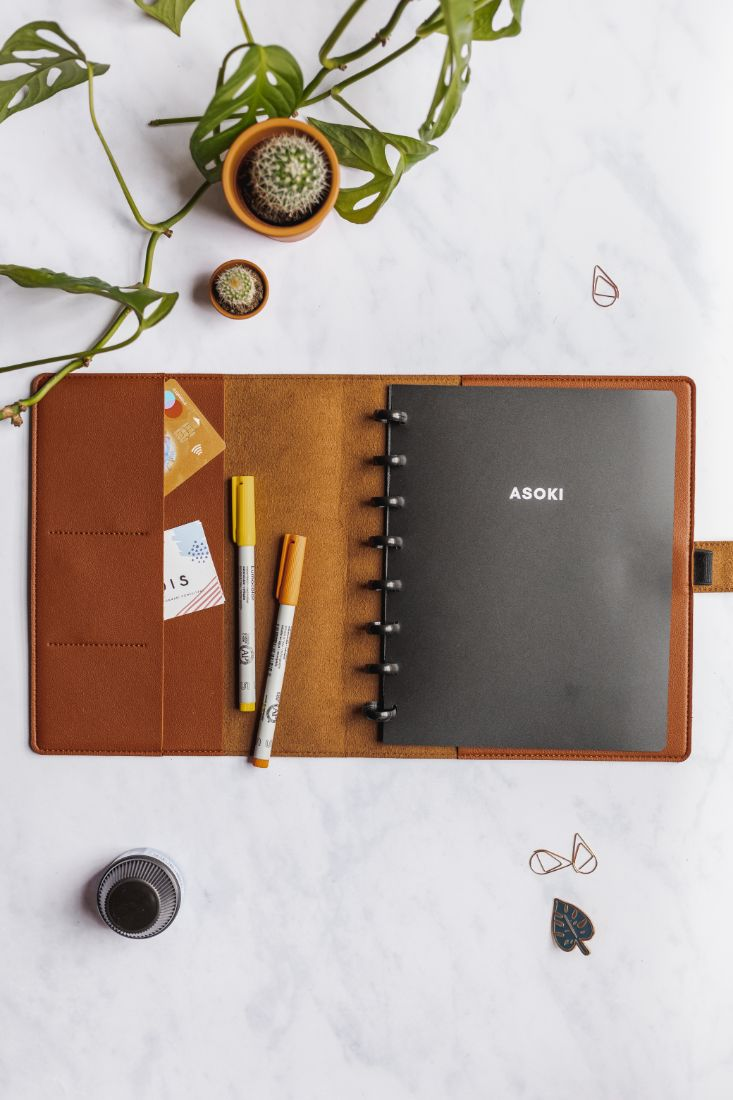Asoki Planner with a black cover and leather-free cover, hazelnut