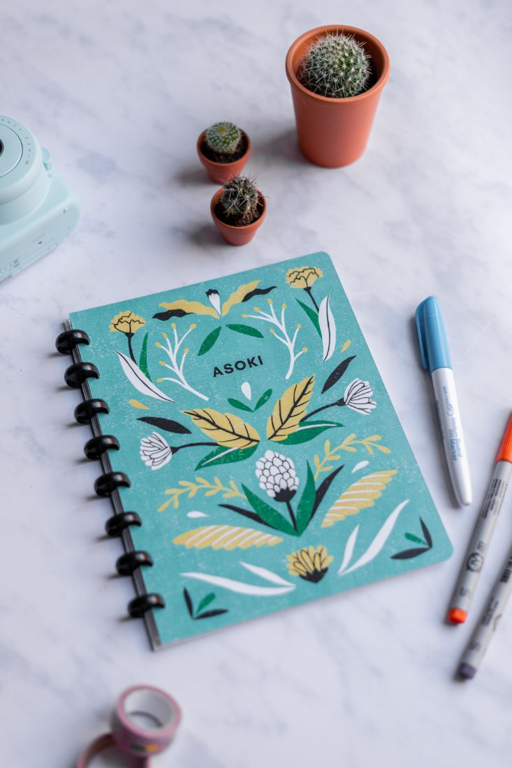 Reusable and erasable Asoki Planner with a black ring binding and a cover illustrated by Sanny van Loon